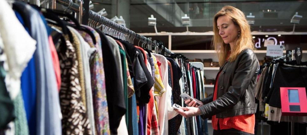 Florence FAURE, co-fondatrice de Dress in the City, scanne un antivol
