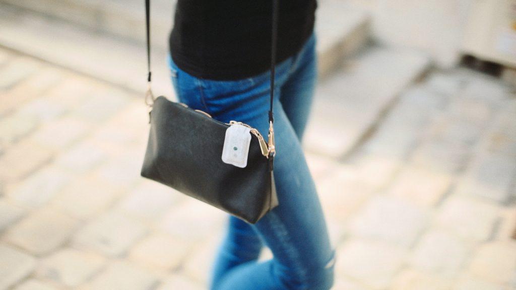 MAPO Solaire clipsé sur un sac à main