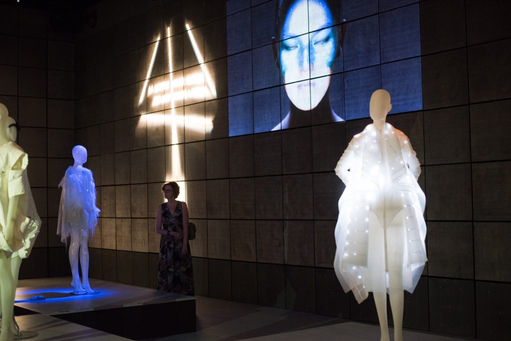 La vest Nuit Blanche d'Anja Dragan & Elektrocouture